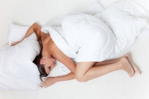 poziții de dormit pentru a ajuta la scăderea în greutate